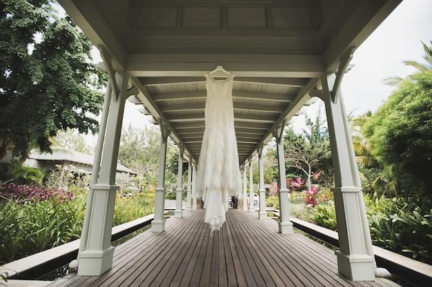 Свадебное платье на природе