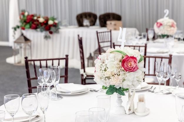 結婚式のエレガントな宴会の装飾と白いテーブルに配置された食品のアイテム