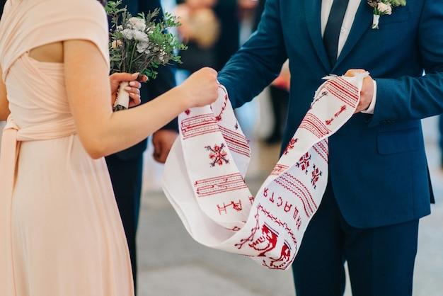 Свадебное вышитое полотенце как семейная реликвия для жениха и невесты