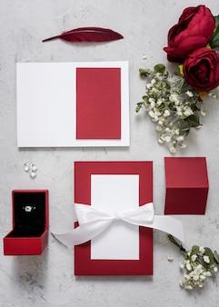 テーブルの上の結婚式の婚約指輪