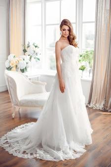 結婚式のファッションの花嫁。完璧な結婚式の白いドレスのメイクと髪型。