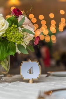 Decorazione floreale di nozze su un tavolo