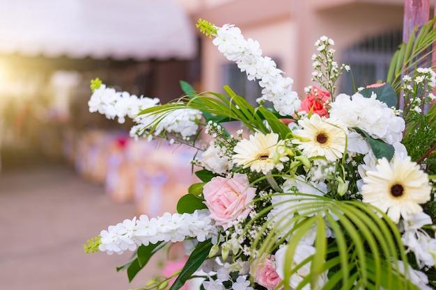 結婚式の花新鮮なバラの花束、花の明るい背景ピンクの赤いバラ