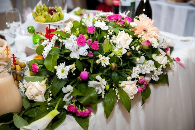 웨딩 꽃 개념입니다. . 밝은 색. 테이블 장식. 확대.