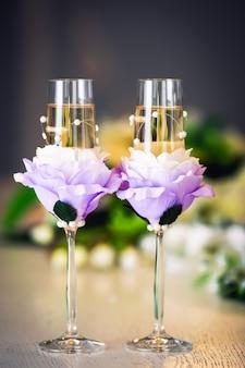 花とラインストーンで飾られた結婚式のガラス