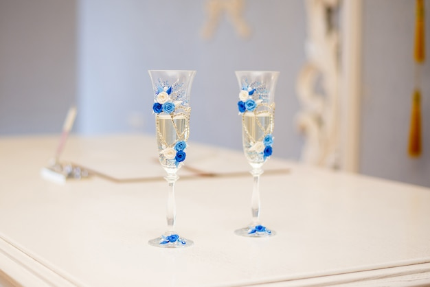 シャンパン付き新婚夫婦のウェディンググラス
