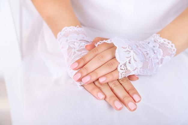 Свадебные перчатки на руках невесты, крупным планом