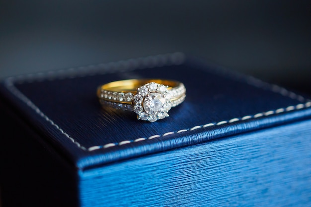 Золотое свадебное кольцо с бриллиантом на шкатулке