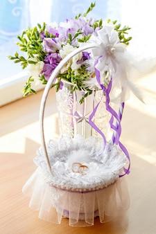 結婚式の金の指輪、結婚式のお祝いのための装飾。