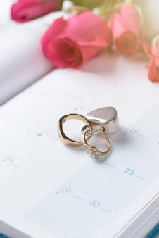 結婚式の金のリングは、カレンダーのロックでロックされて