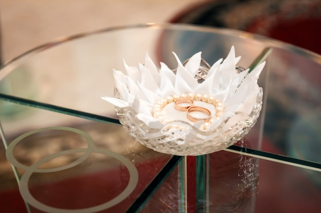 スカーフの上に横たわる金の結婚指輪