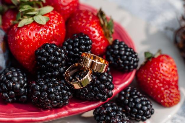 Обручальные золотые кольца на ягоды