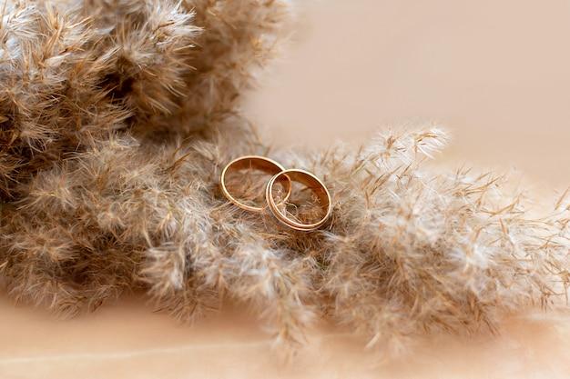 대리석 벽에 금 결혼 반지입니다. 결혼 약혼했다.