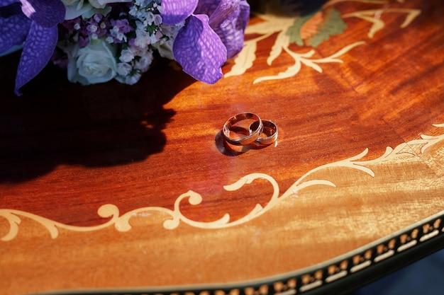 ウェディングゴールドの結婚指輪とブライダルブーケ