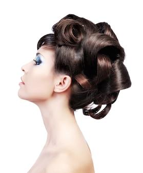 結婚式の髪型。美しいロックを持つかわいいモデルのプロフィールの肖像画。