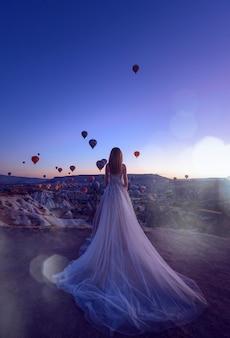 풍선을 배경으로 젊은 부부와 함께 카파도키아 괴레메의 결혼식.