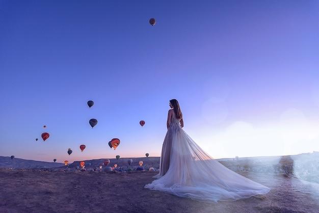 Свадьба в каппадокии гереме с молодой семейной парой на фоне воздушных шаров.