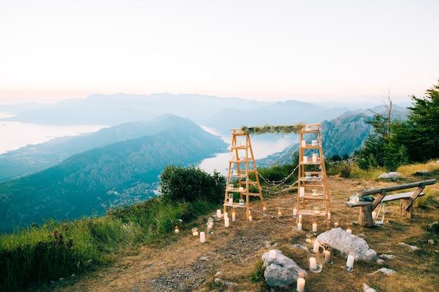 モンテネグロでの結婚式ロブチェン山モンテネグロの結婚式のアーチ