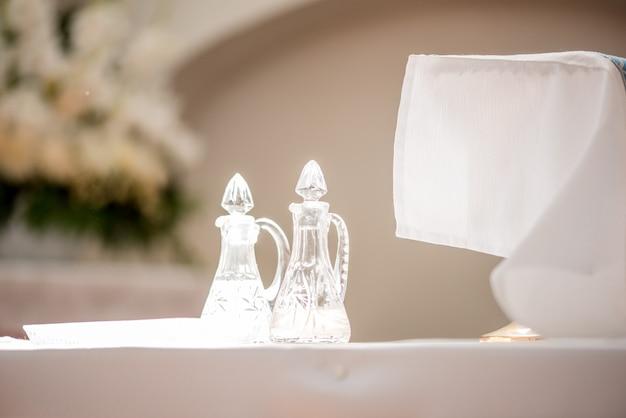교회에서 결혼식. 밝은 사원. 유리 용기. 빵과 와인.