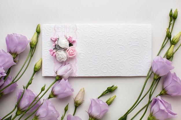 結婚式の招待状と花