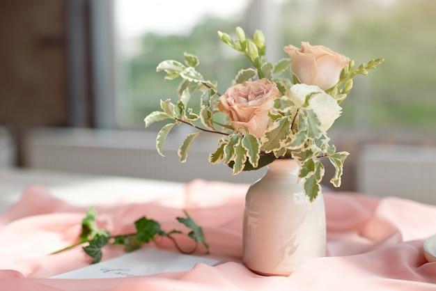 パノラマの窓の前に白い木製のテーブルにスパやケアの装飾が施されたレターカードの結婚式の招待状の誕生日証明書