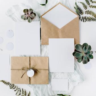 청첩장, 공예 봉투, 분홍색 및 빨강 장미와 흰색에 녹색 잎