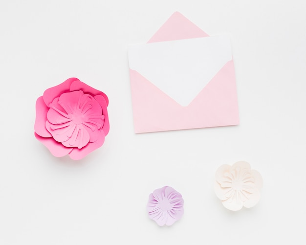 エレガントな花紙飾りの結婚式の招待状