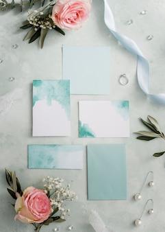 結婚式の招待状と花飾り