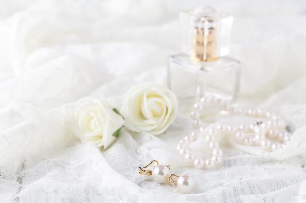 ウェディングレースガーターと香水待っている花嫁。セレクティブフォーカス。