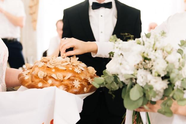 結婚式のパン。新郎新婦のロシアの結婚式の伝統のためのパンと塩。