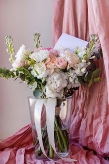 휴일 및 생일 수직 꽃병에 꽃의 결혼식 현대 아름다운 꽃다발