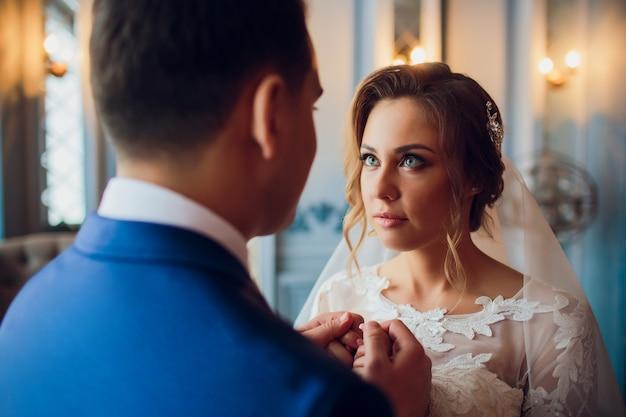 Свадебное утро жених и невеста. невеста стоит у окна. любовь, крупный план