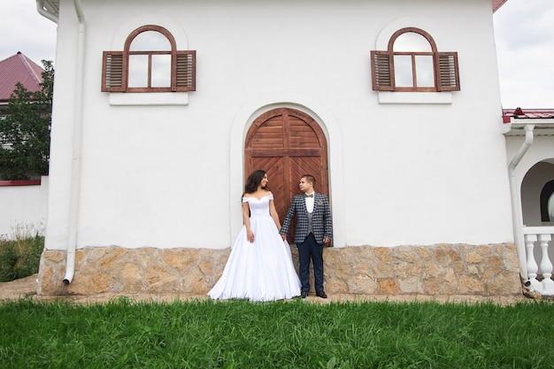 등대에서 자연 속에서 사랑에 빠진 부부의 결혼식. 신부와 신랑의 포옹과 키스