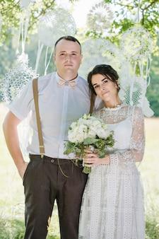 Свадьба молодой красивой пары в винтажном стиле. крупным планом портрет молодой пары счастливых молодоженов