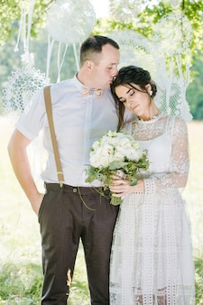 ヴィンテージスタイルの若い美しいカップルの結婚式。若い幸せな新婚カップルのクローズアップの肖像画