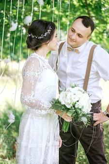 Свадьба молодой красивой пары в винтажном стиле. молодожены на прогулке в парке