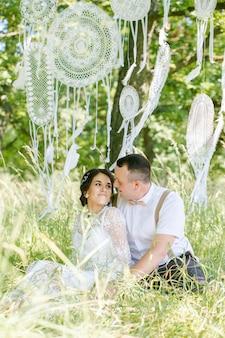 공원에 빈티지 스타일의 젊은 아름다운 부부의 결혼식