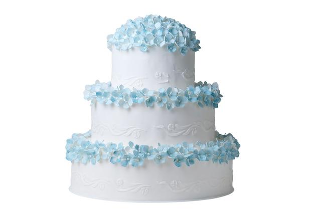 Свадебный или праздничный торт, украшенный синими цветами на белом copyspace