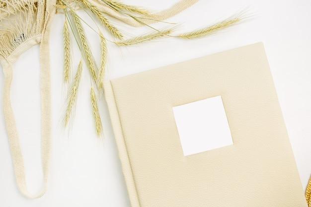結婚式や家族の写真アルバム、白い表面のライ麦の耳