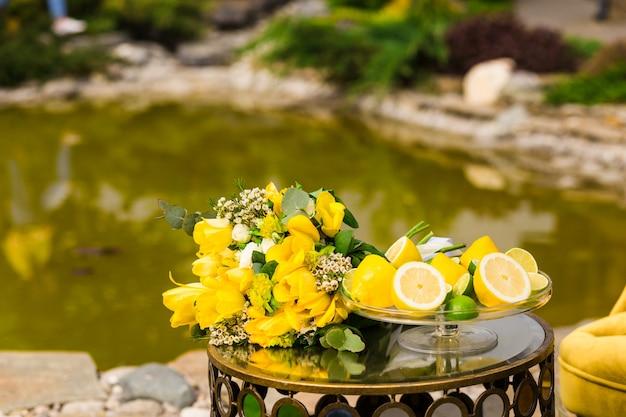 리본이 달린 노란 창포의 결혼식 원래 봄 부케
