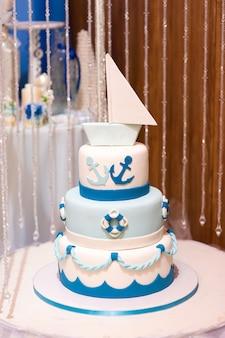 마린 스타일의 매 스틱이 달린 웨딩 과자 케이크