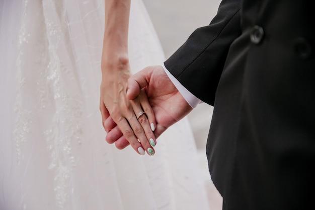 結婚式の写真新郎新婦の手のクローズアップ、結婚式のカップル