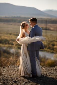 Свадебная фотосессия жениха и невесты в горах. фотосессия на закате.