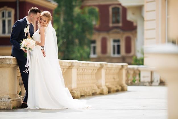 結婚式の写真撮影。街を歩いて新郎新婦