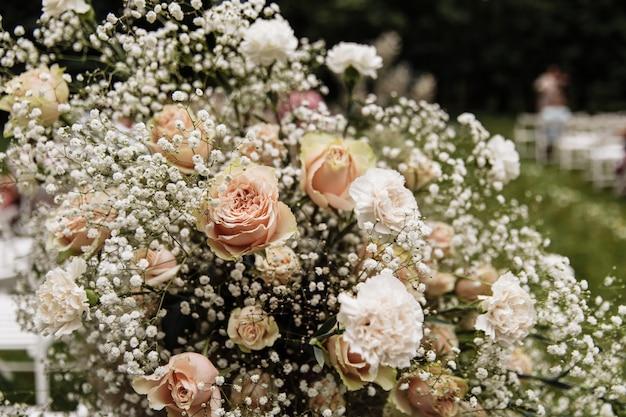美しい花で飾られたアーチの形の結婚式の写真ゾーン。