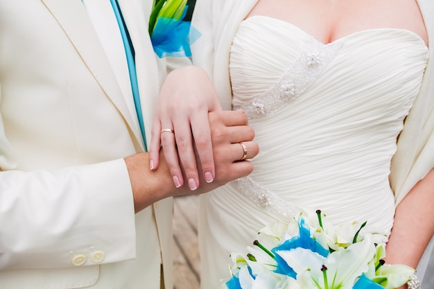 結婚したばかりの恋人の若いカップルの結婚式の写真