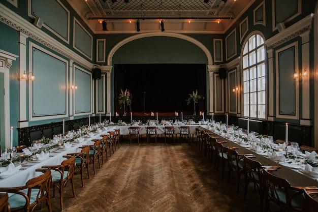 Зал для свадебных торжеств с элегантной сервировкой стола со свечами