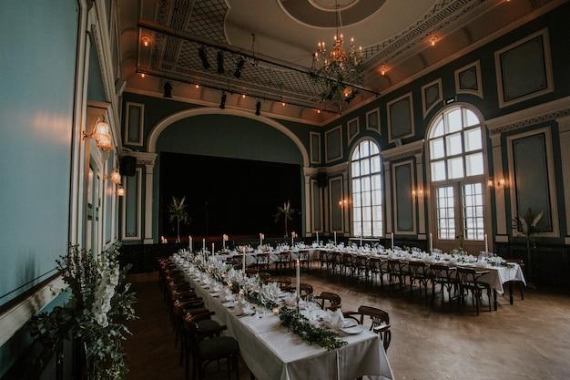 촛불이있는 우아한 테이블 세팅이있는 웨딩 리셉션 홀