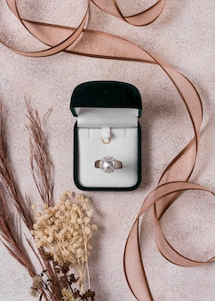 Anello di nozze e box flat lay
