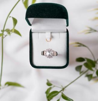 Anello di nozze e scatola sopra la vista